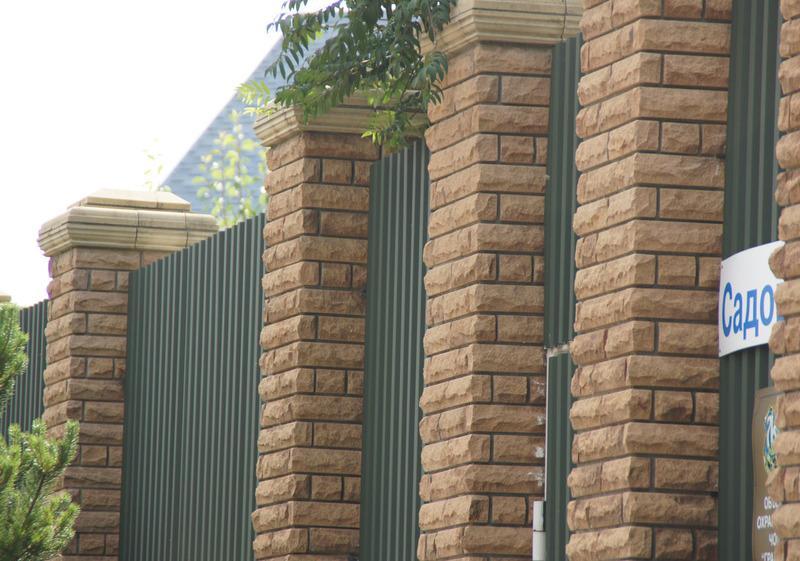 Забор кирпич скала